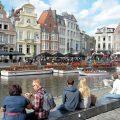 Touristen am Kanal von Gent sitzend