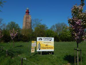 Leuchtturm Westkapelle hinter grüner Wiese