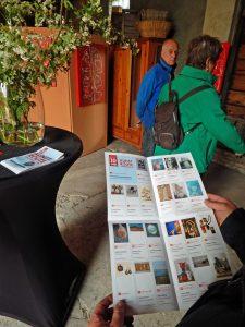 Besucher hält Ausstellungskatalog zur Kunstroute Oostkapelle in den Händen