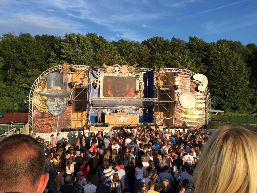 Bühne City of Dance Middelburg mit vielen Jugendlichen vor Bühne