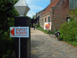 Hinweisschild zur Kunstroute Oostkapelle