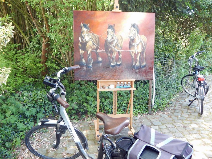 Gemälde mit Fahrrädern in Hof eines Künstlers in Oostkapelle