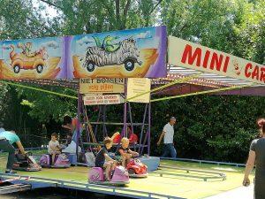 Mehrere Kinder in Minicars Kirmes Vrouwenpolder