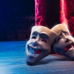 Masken Drama und Komödie auf Theaterbühne