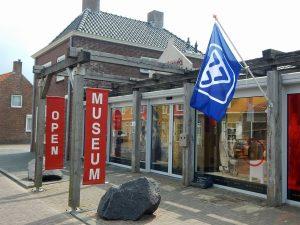 Polderhuis Westkapelle außen mit Fahne vom VVV