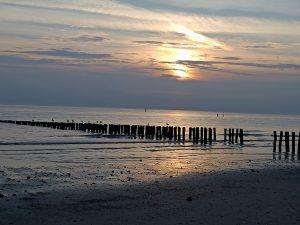 Gezeiten am Scheitelpunkt bei Abendstimmung am Meer von Westkapelle mit Wellenbrechern