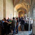 Männer an Tischen und Ständen zur Bierprobe in Abtei Middelburg