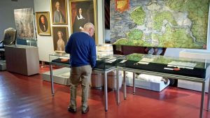 Mann begutachtet Werke in den Schotse Huizen Museum Veere