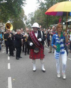 Musikergruppe auf Straße von Domburg