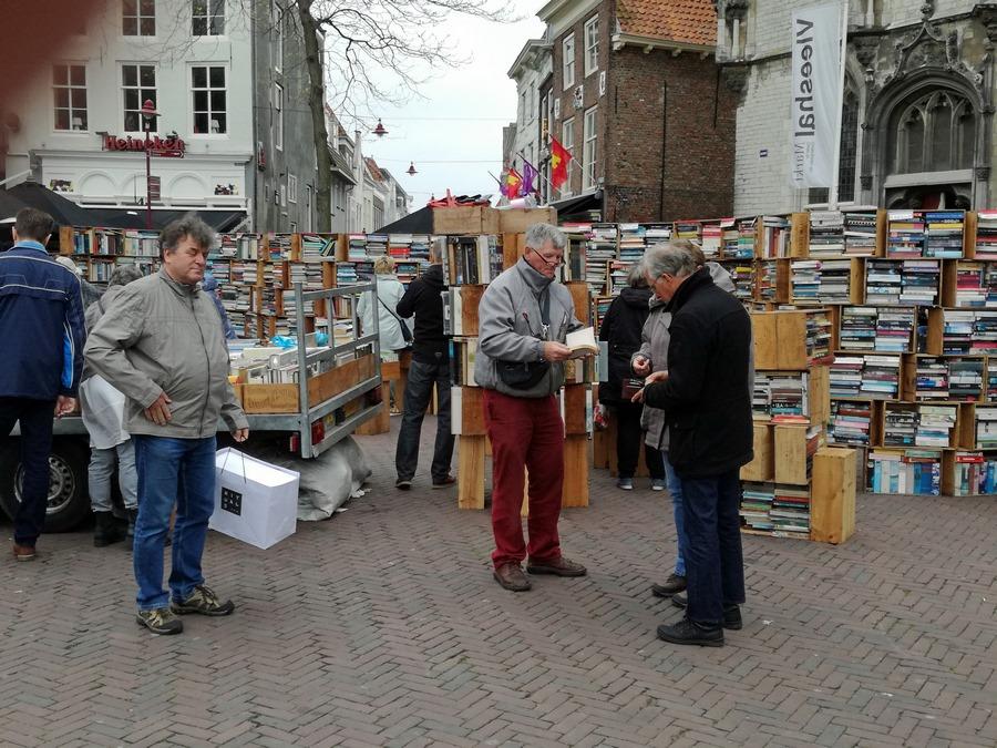 Marktverkäufer mit Kunden auf Büchermarkt in Middelburg