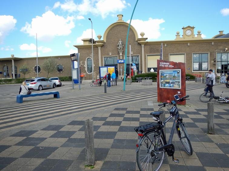 Bahnhof von Vlissingen mit Fahrrad und Taxen im Vordergrund