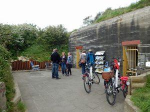 Besucher und Fahrräder vor dem Bunkermuseum Zoutelande