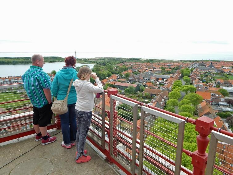 Familieschaut von Plattform des Leuchtturms von Westkapelle über das Dorf