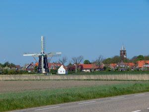 Totale von Dorf Grijpskerke mit Mühle und Kirchturm auf Walcheren