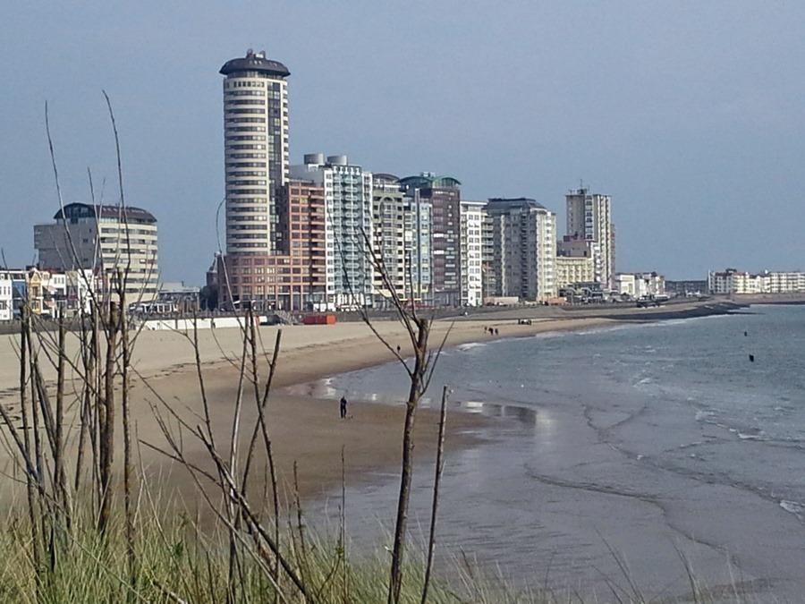 Hochhauskulisse von Vlissingen mit Strand im Vordergrund