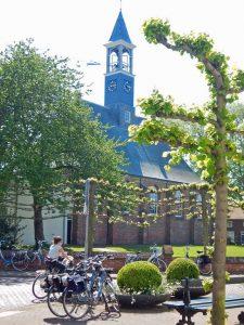 Kirchturm von Koudekerke mit vielen Fahrrädern im Vordergrund