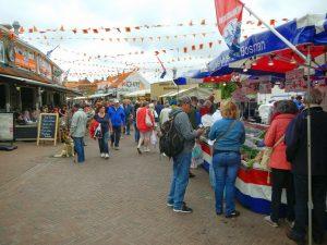 Kunden am Fischstand vom Wochenmarkt in Zoutelande