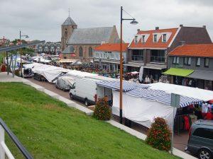 Marktstände auf Langstraat in Zoutelande mit Kirche im Hintergrund