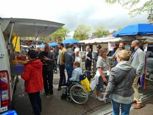 Kunden auf Wochenmarkt in Middelburg