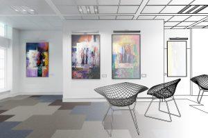 Leere Stühle im Museum vor abstrakten Gemälden