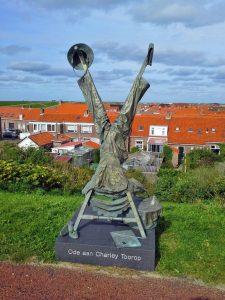 Die Skulptur zu Ehren von Charley Toroop auf dem Deich von Westkapelle