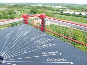 Ortsnamen von Walcheren auf Hinweisschild auf Leuchtturm von Westkapelle