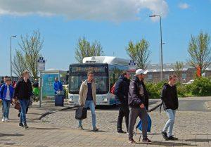 Buspassagiere am Verkehrsknotenpunkt in Vlissingen