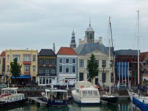 Moderne Boote vor historischer Kulisse - der Yachthafen von Vlissingen