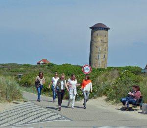 Junge Leute auf Wanderweg Strand Domburg