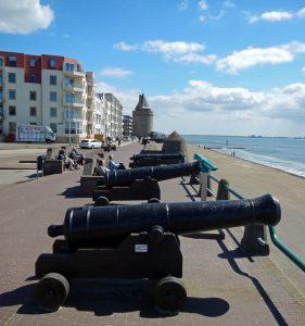 Geschichte von Vlissingen: historische Kanonen auf dem heutigen Boulevard