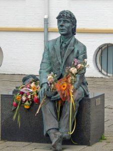 Statue mit Blumen am Boulevard von Vlissingen