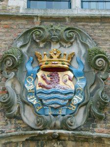 Wahlspruch zur Geschichte Zeelands Luctor et Emergo an Hauswand der Abtei von Middelburg