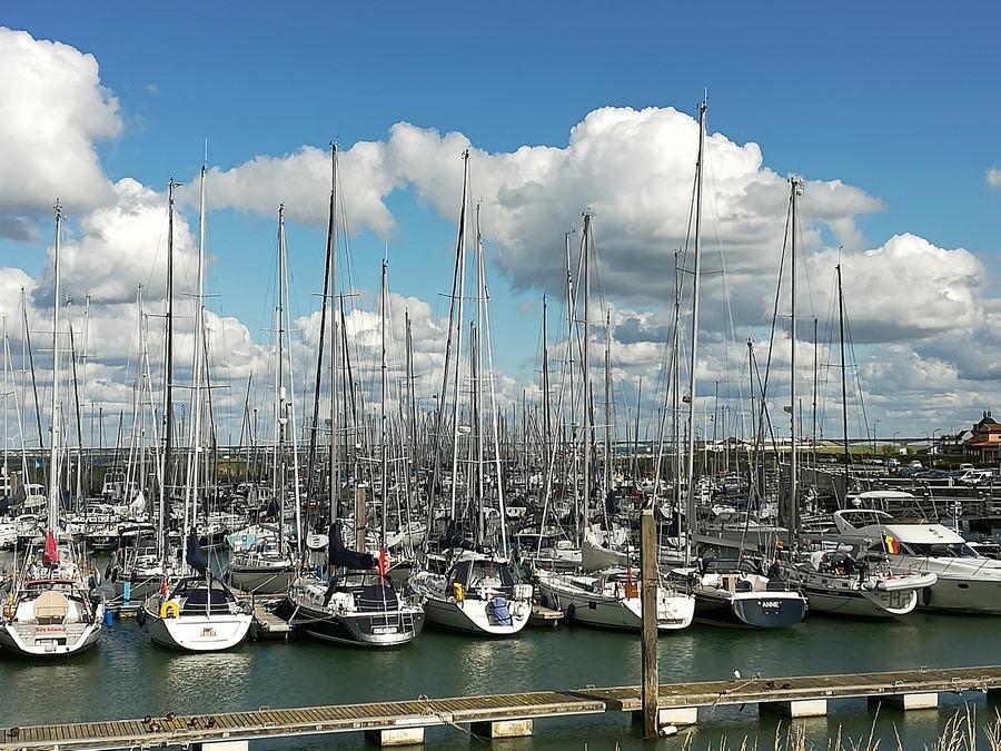 Rund 600 Segelboote im Hafen von Colijnsplaat