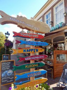Hinweischild Geschäfte in Zierikzee