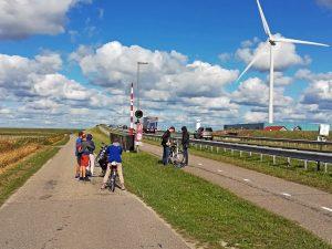 Spannenster Teil der Radrundfahrt Oosterschelde: Zeelandbrücke Rampe Noord-Beveland mit Radfahrern