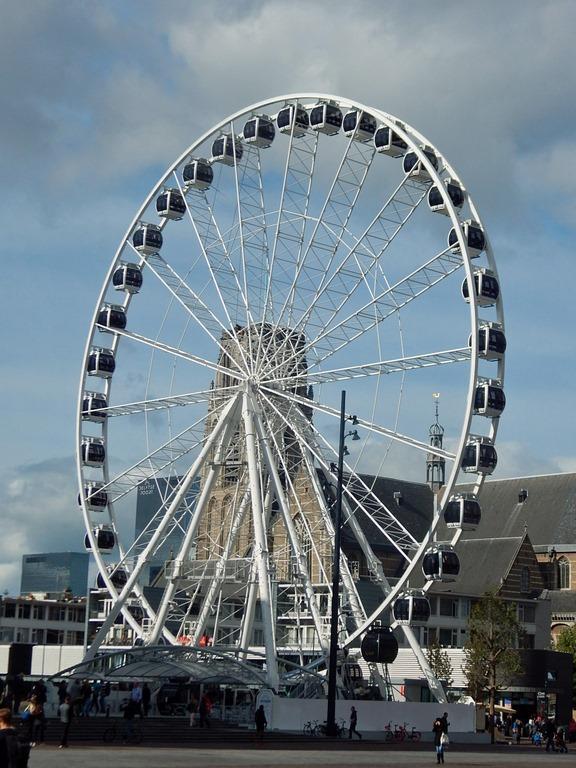 Rotterdam Riesenrad mit St. Laurenskerk im Hintergrund
