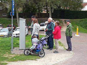 Menschen am Parkplatzautomat in Veere