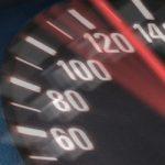 Tachometer steht auf 130