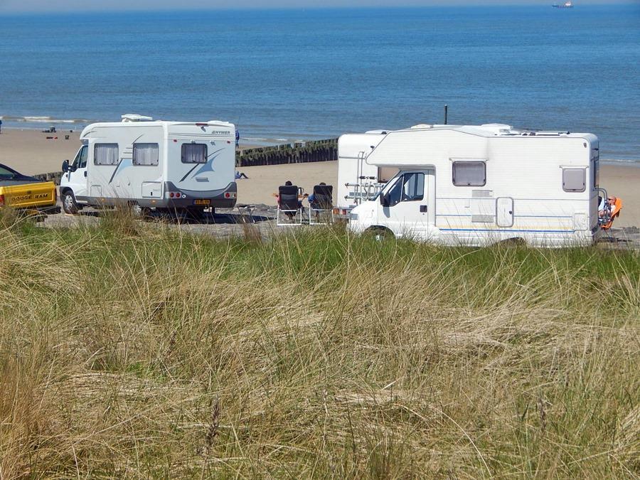 Auto in Zeeland: Wohnmobile auf Deich