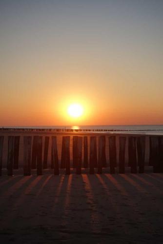 Sonnenuntergang mit Wellenbrechern auf Walcheren