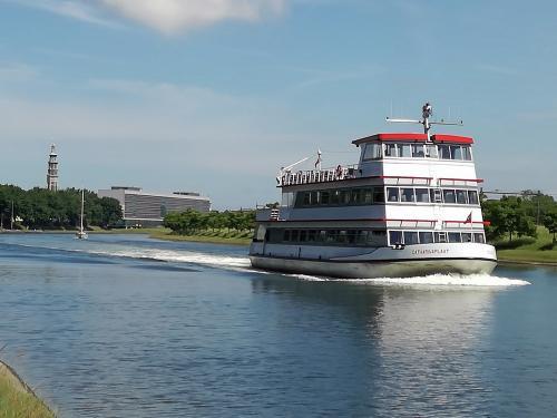Bernie hat eine Frage: Habe diesen Ausflugsdampfer auf dem Kanal von Middelburg nach Vlissingen gesehen. Kann mir  jemand sagen, wann und wo der verkehrt?